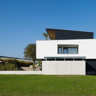 Großes, Drei- oder mehrstöckiges, Weißes Modernes Haus mit Faserzement-Fassade und Pultdach in Sonstige