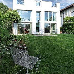 Mittelgroßes, Zweistöckiges, Weißes Modernes Einfamilienhaus mit Putzfassade in Frankfurt am Main