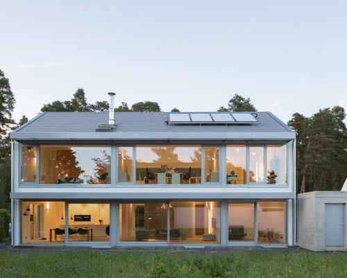 Mittelgroßes, Zweistöckiges Modernes Haus Mit Glasfassade Und Satteldach