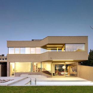 Modelo de fachada beige, minimalista, de dos plantas, con revestimiento de piedra y tejado plano
