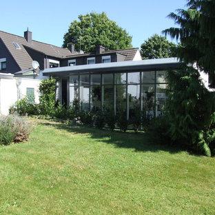 Ejemplo de fachada de casa bifamiliar blanca, actual, con revestimiento de vidrio y tejado plano