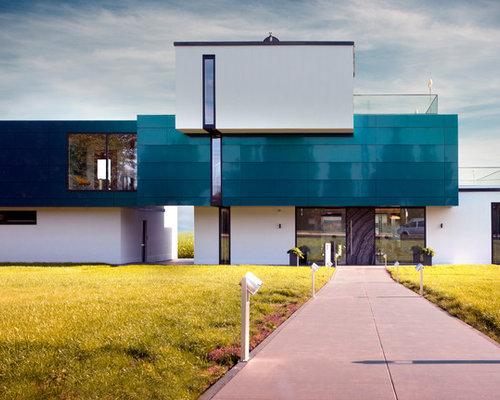 Großes, Weißes, Drei  Oder Mehrstöckiges Modernes Haus Mit Metallfassade  Und Flachdach In Köln