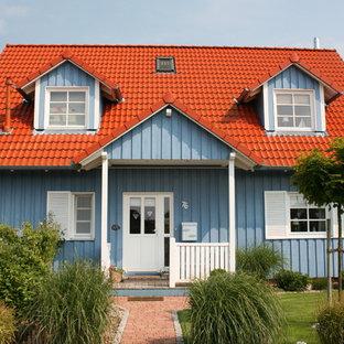 Einstöckiges, Blaues Landhausstil Einfamilienhaus mit Satteldach und Ziegeldach in Sonstige