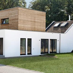 Zweistöckiges, Mittelgroßes Modernes Haus mit Mix-Fassade und Flachdach in Nürnberg