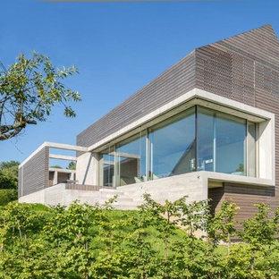 Zweistöckiges, Braunes, Mittelgroßes Modernes Haus mit Holzfassade und Satteldach in Hannover