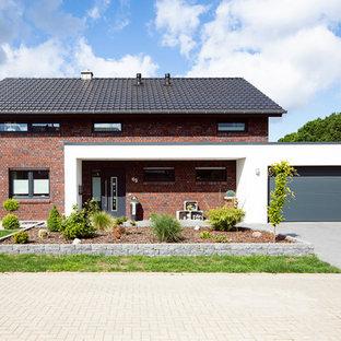Einstöckiges, Rotes Landhausstil Einfamilienhaus mit Satteldach und Backsteinfassade in Sonstige