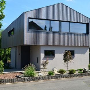 Zweistöckiges, Graues, Mittelgroßes Modernes Haus mit Satteldach und Holzfassade in Frankfurt am Main