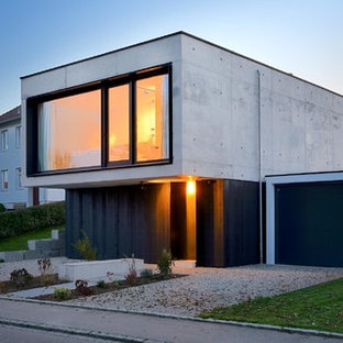 Fesselnd Kleines, Zweistöckiges, Graues Modernes Haus Mit Betonfassade Und Flachdach  In München