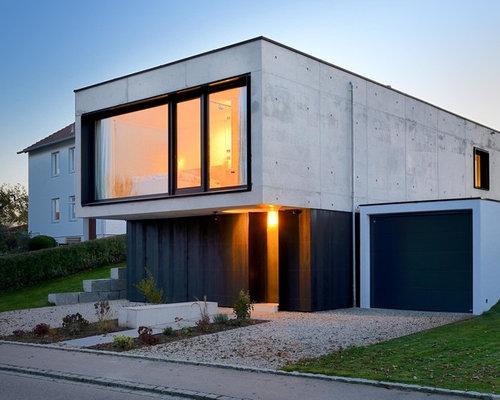 Kleines, Zweistöckiges, Graues Modernes Haus Mit Betonfassade Und Flachdach  In München