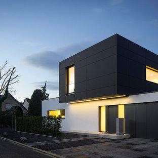 Foto de fachada negra, minimalista, de dos plantas, con tejado plano