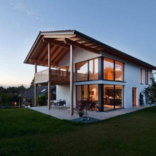 Großes, Zweistöckiges, Weißes Modernes Einfamilienhaus mit Mix-Fassade, Satteldach und Ziegeldach in München