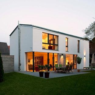 Großes, Zweistöckiges, Weißes Modernes Einfamilienhaus mit Putzfassade und Satteldach in München