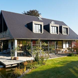 Mittelgroßes, Zweistöckiges, Weißes Klassisches Einfamilienhaus mit Glasfassade, Satteldach und Ziegeldach in Stuttgart