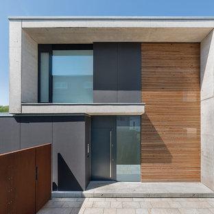 Ejemplo de fachada marrón, contemporánea, de dos plantas, con revestimiento de hormigón y tejado plano