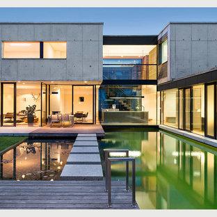 Mittelgroßes, Zweistöckiges Modernes Haus mit Betonfassade und Flachdach in Nürnberg