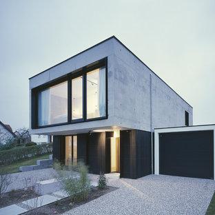 Zweistöckiges, Graues Modernes Haus mit Betonfassade und Flachdach in München