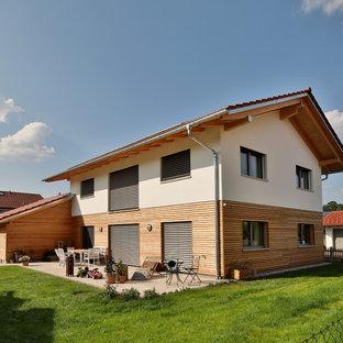Mittelgroßes, Weißes, Zweistöckiges Modernes Einfamilienhaus mit Mix-Fassade, Satteldach und Ziegeldach in München