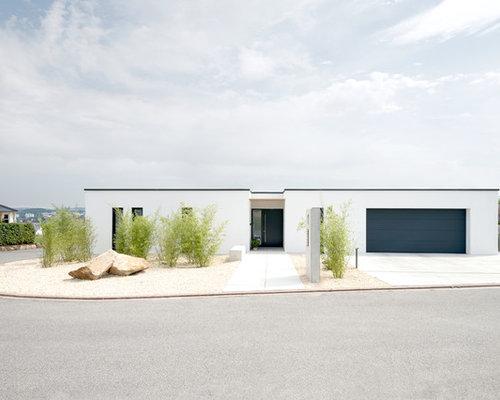 Einstöckiges, Weißes, Mittelgroßes Modernes Haus Mit Putzfassade Und  Flachdach In Sonstige