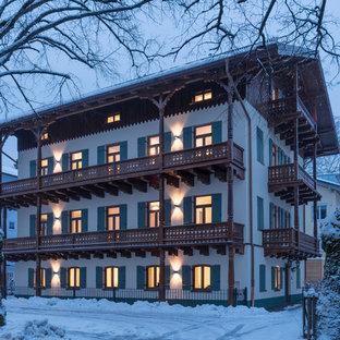 Dreistöckiges, Weißes Klassisches Haus mit Mix-Fassade und Satteldach in München