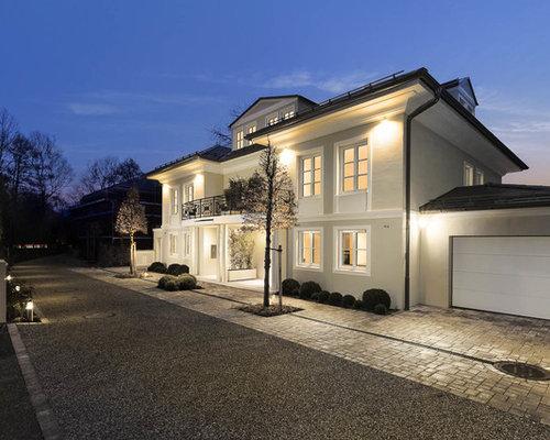 Drei  Oder Mehrstöckiges, Großes, Beigefarbenes Klassisches Einfamilienhaus  Mit Putzfassade Und Walmdach In München