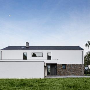 Weißes, Zweistöckiges, Großes Landhaus Einfamilienhaus mit Satteldach, Ziegeldach und Mix-Fassade in Köln
