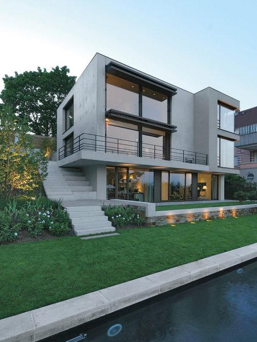 Drei oder mehrstöckige mittelgroße graue moderne häuser mit