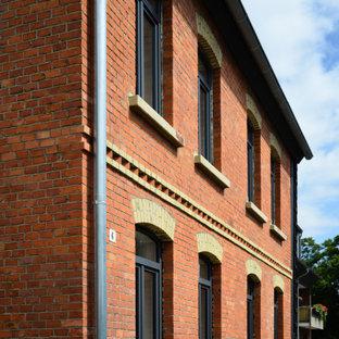 Inredning av ett klassiskt mellanstort rött lägenhet, med tre eller fler plan, tegel, sadeltak och tak med takplattor