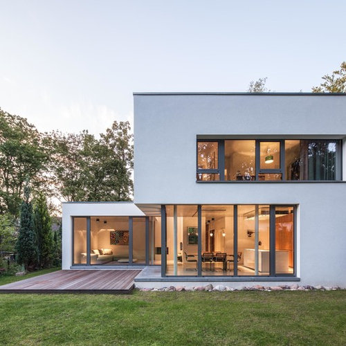 Mittelgroßes, Zweistöckiges, Weißes Modernes Haus Mit Flachdach Und  Putzfassade In Hamburg
