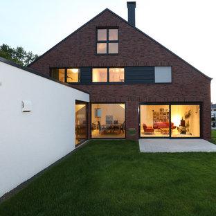 Großes, Dreistöckiges, Braunes Country Einfamilienhaus mit Backsteinfassade und Satteldach in Sonstige