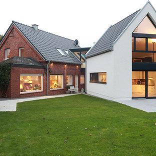 Großes, Zweistöckiges, Mehrfarbiges Modernes Einfamilienhaus mit Mix-Fassade, Satteldach und Ziegeldach in Sonstige