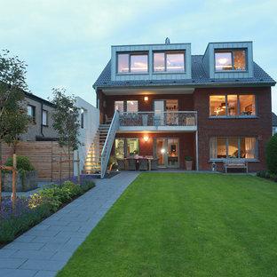 Großes, Dreistöckiges, Rotes Modernes Einfamilienhaus mit Backsteinfassade, Satteldach und Ziegeldach in Sonstige