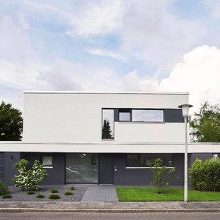 Zweistöckiges, Weißes, Mittelgroßes Modernes Einfamilienhaus mit Putzfassade und Flachdach in Düsseldorf