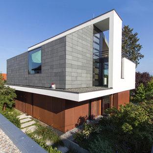 Dreistöckiges, Mehrfarbiges Modernes Einfamilienhaus mit Mix-Fassade und Flachdach in Sonstige