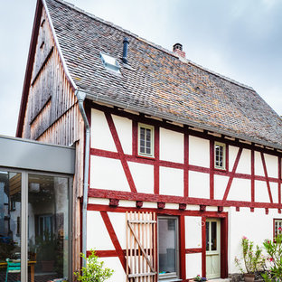 Mittelgroßes, Dreistöckiges, Weißes Landhaus Einfamilienhaus mit Mix-Fassade, Satteldach und Schindeldach in Frankfurt am Main