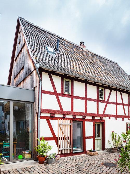 Mittelgroßes, Drei  Oder Mehrstöckiges, Weißes Landhaus Einfamilienhaus Mit  Mix Fassade, Satteldach
