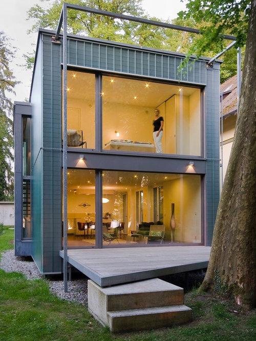 Mittelgroßes, Zweistöckiges, Graues Modernes Haus Mit Metallfassade Und  Flachdach In Sonstige