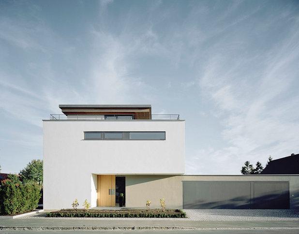 Modern Häuser by Eber Designtüren GmbH