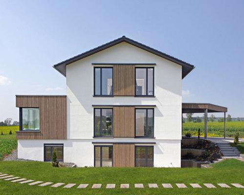 Drei  Oder Mehrstöckiges, Weißes, Großes Modernes Haus Mit Betonfassade Und  Satteldach In Stuttgart