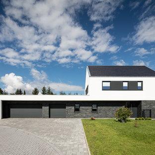 Mittelgroßes, Zweistöckiges, Mehrfarbiges Modernes Einfamilienhaus mit Putzfassade, Satteldach und Schindeldach in Hannover