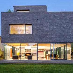 Drei  Oder Mehrstöckiges, Graues Modernes Einfamilienhaus Mit  Backsteinfassade Und Flachdach In Köln