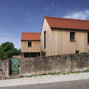 Mittelgroßes, Zweistöckiges, Braunes Skandinavisches Einfamilienhaus mit Holzfassade, Satteldach und Schindeldach in Frankfurt am Main