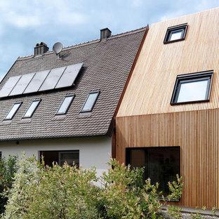 Ispirazione per la facciata di una casa piccola marrone moderna a tre piani con rivestimento in legno e tetto a capanna
