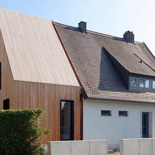 Imagen de fachada escandinava, de tamaño medio, de una planta, con revestimiento de madera y tejado a dos aguas