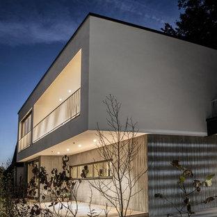Zweistöckiges, Mittelgroßes, Graues Modernes Haus mit Betonfassade und Flachdach in München