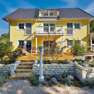 Dreistöckiges, Gelbes Klassisches Einfamilienhaus mit Walmdach und Ziegeldach in München