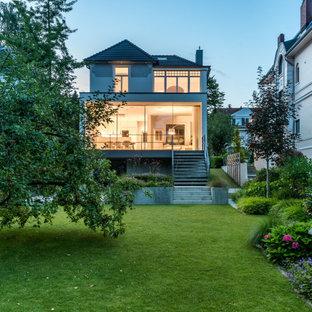 Mittelgroßes, Zweistöckiges, Weißes Modernes Haus mit Putzfassade und Flachdach in Hamburg