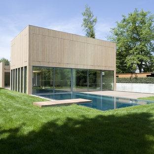 Foto de fachada marrón, minimalista, de tamaño medio, de dos plantas, con revestimiento de madera y tejado plano