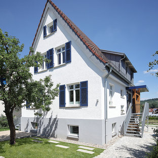 Mittelgroßes, Dreistöckiges, Weißes Modernes Einfamilienhaus mit Putzfassade, Satteldach und Ziegeldach