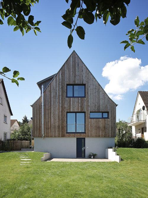Drei  Oder Mehrstöckiges, Beigefarbenes, Mittelgroßes Modernes  Einfamilienhaus Mit Mix Fassade Und Satteldach