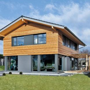 Zweistöckiges, Braunes Modernes Einfamilienhaus mit Mix-Fassade, Satteldach und Ziegeldach in München